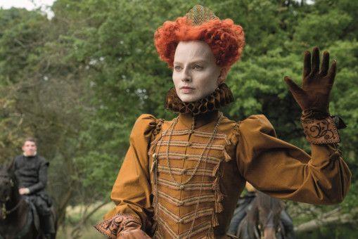Englands Königin Elizabeth (Margot Robbie) will ihren Thron gegen die schottische Herausforderin verteidigen.