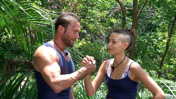 Bastian Yotta stimmt Gisele Oppermann auf die Dschungelprüfung ein.
