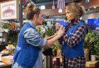 Schlecht bezahlt: Joan (Leah Remini) und Maya (Jennifer Lopez, rechts) sind nicht zufrieden mit ihrem Job.