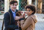 Lucas (Jonah Hauer-King) und Olivia (Alexandra Shipp) nehmen die kleine Bella bei sich auf.