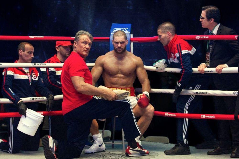 Viktor Drago (Florian Munteanu, vierter von links) wird von seinem Vater Ivan (Dolph Lundgren, dritter von links) trainiert.