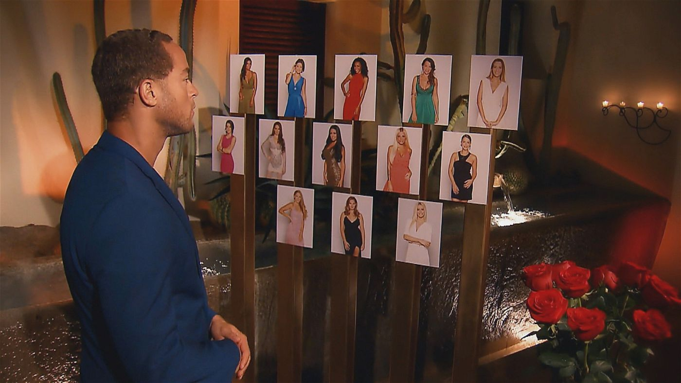Aus 13 Frauen muss Andrej wieder die auswählen, die ihm am besten gefallen. Wer keine Rose bekommt, fliegt.