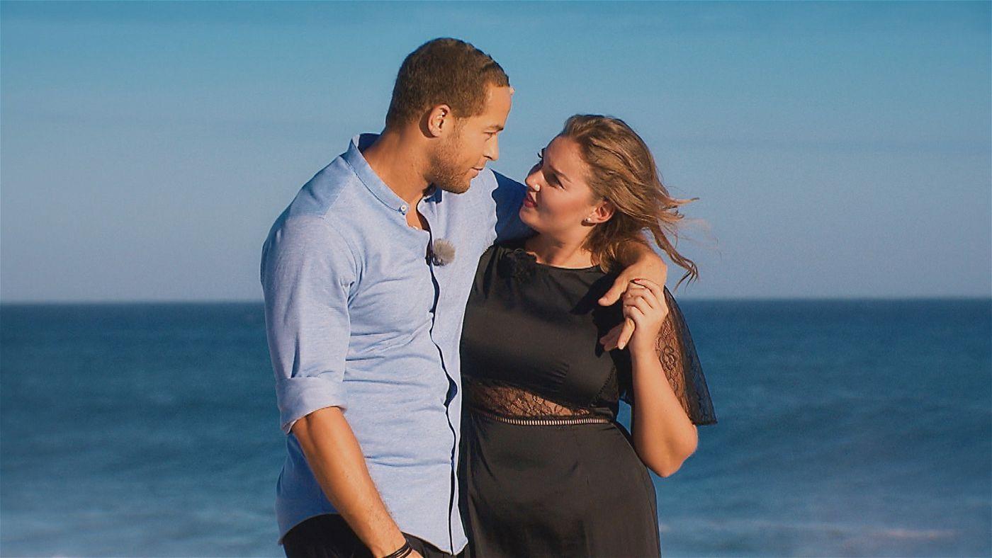 Ernestine und Andrej am Strand.