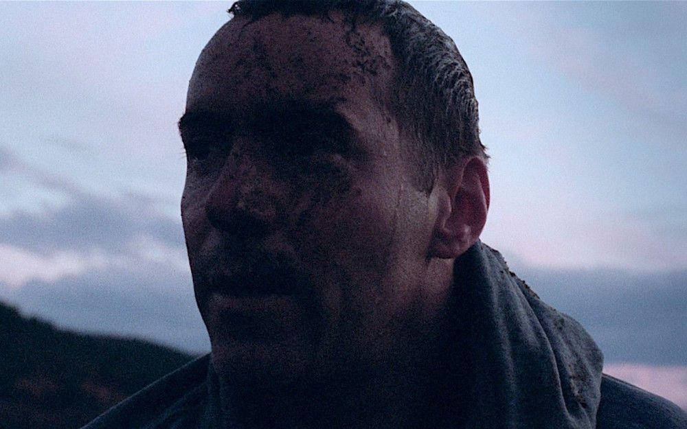 Erst gegen Ende des Dramas wird klar, was es mit der Eröffnungsszene, in der Joel (Alessandro Nivola) allein und völlig verzweifelt aus dem Meer steigt, auf sich hat.