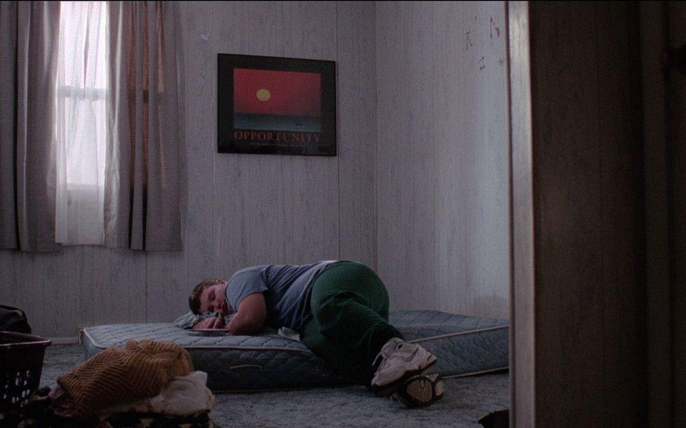 Der traumatisierte Will (Eli Haley) hängt allein zu Hause ab, während sein Vater arbeiten geht.