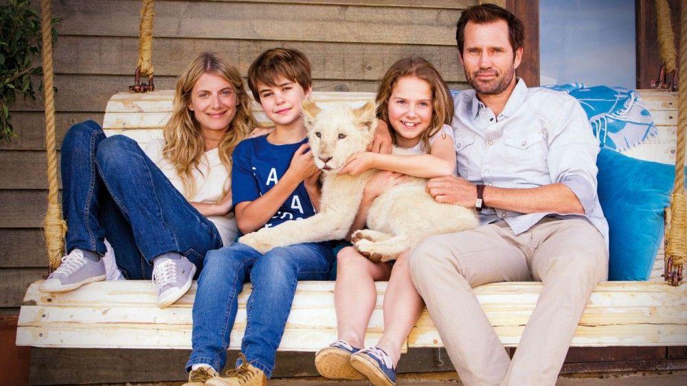 Familienfoto mit Löwe: Mia (Daniah De Villiers) lebt mit ihrem Bruder Mick (Ryan Mac Lennan) und ihren Eltern Alice (Mélanie Laurent) und John (Langley Kirkwood) auf einer Farm in Südafrika.