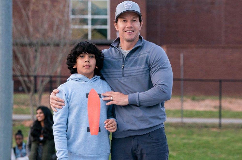 Pete (Mark Wahlberg, rechts) versucht, sich mit seinem Adoptivsohn Juan (Gustavo Quiroz) anzufreunden.