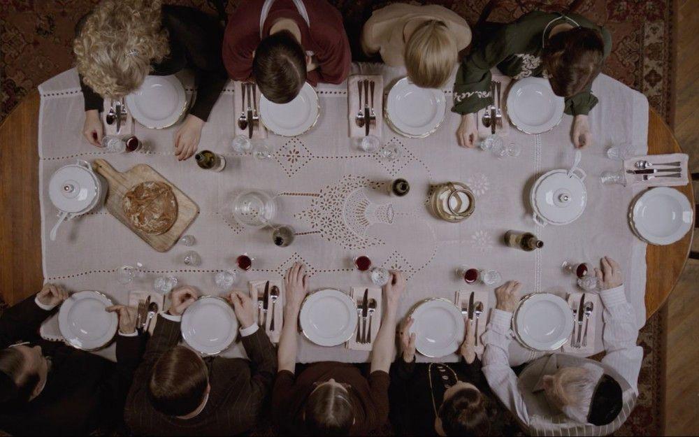 Beim gemeinsamen Abendessen debattiert Familie Glickstein über die Machtergreifung Adolf Hitlers.
