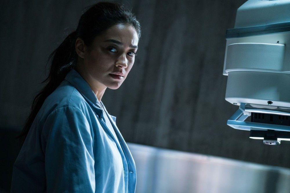 Polizistin Megan (Shay Mitchell) hat einen neuen Job: Sie arbeitet seit Kurzem im Leichenschauhaus.