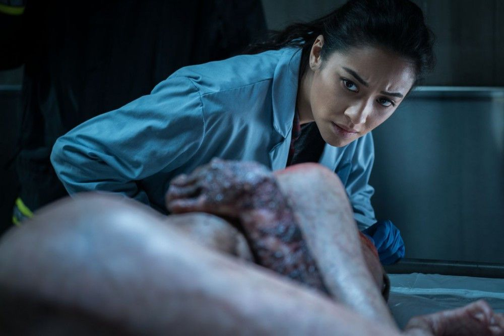 Ist das Ding wirklich tot? Megan Reed (Shay Mitchell) hat da ihre Zweifel?