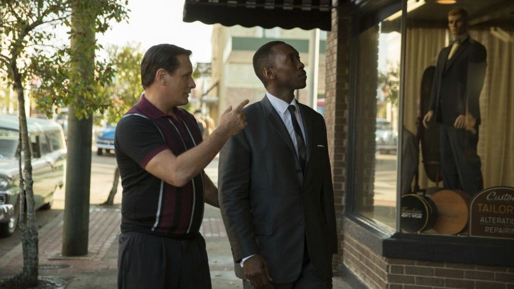 Tony (Viggo Mortensen, links) überredet Dr. Shirley (Mahershala Ali), den neuen Anzug, den er im Schaufenster eines Geschäfts in den Südstaaten entdeckt hat, doch einmal anzuprobieren - doch der Inhaber bedient keine Schwarzen.
