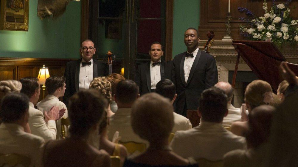 Dr. Don Shirley (Mahershala Ali, rechts) begeistert mit seinem virtuosen Klavierspiel in den Südstaaten seine reichen, weißen Mitmenschen - doch ihre Toilette benutzen oder in den gleichen Restaurants wie sie essen darf er nicht.