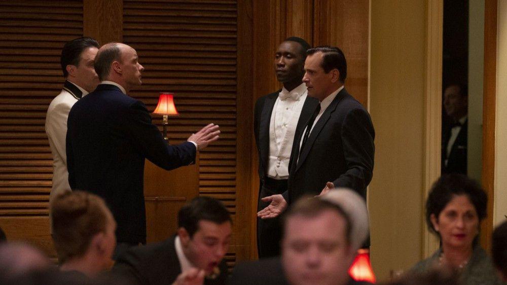 Der Restaurantleiter verweigert Dr. Shirley (Mahershala Ali, zweiter von rechts) den Zutritt zu einem Restaurant, vor dessen Publikum der Klaviervirtuose später spielen wird - Tony (Viggo Mortensen, rechts) versucht, ihn von der Absurdität dieser Regel zu überzeugen.