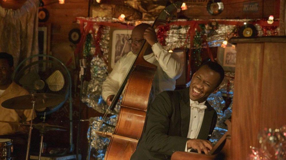 Unter Tonys Einfluss öffnet sich Dr. Shirley (Mahershala Ali) ein wenig und lässt sich überreden, in einer Bar mit schwarzem Publikum mit der Band zu jammen.