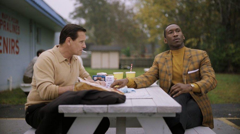 Dr. Don Shirley (Mahershala Ali, rechts) hilft Tony (Viggo Mortensen) beim Verfassen von Liebesbriefen.