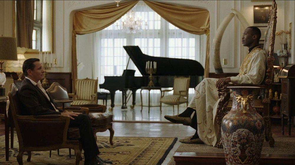 Auf einem Thron sitzend empfängt Dr. Don Shirley (Mahershala Ali) Tony (Viggo Mortensen), der sich bei ihm um einen Job als Fahrer bewirbt.