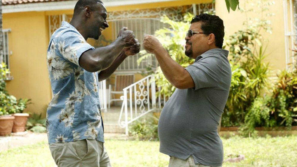 Ricardo (Luis Guzmán, rechts) soll Baaba (Omar Sy) bei seinen Ermittlungen helfen.