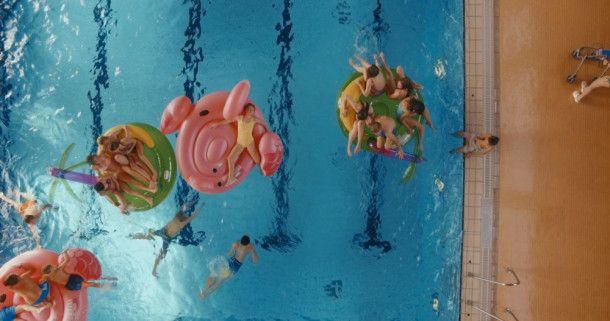 Stefan (Martin Wuttke) arbeitet als Bademeister in einem Schwimmbad.