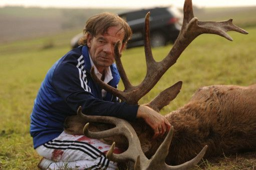 Stefan (Martin Wuttke) trifft auf einen verendeten Hirsch.