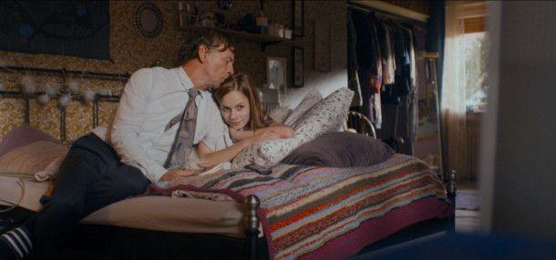 Stefan (Martin Wuttke) kümmert sich um seine todkranke Tochter Sabrina (Emilia Bernsdorf).