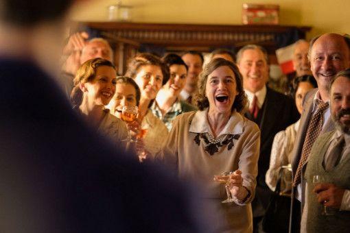 Na, ist er denn jetzt wenigstens schon mal Leutnant der Luftwaffe geworden? Übermutter Nina (Charlotte Gainsbourg) hat jedenfalls zur Feier des Sohnes groß eingeladen.