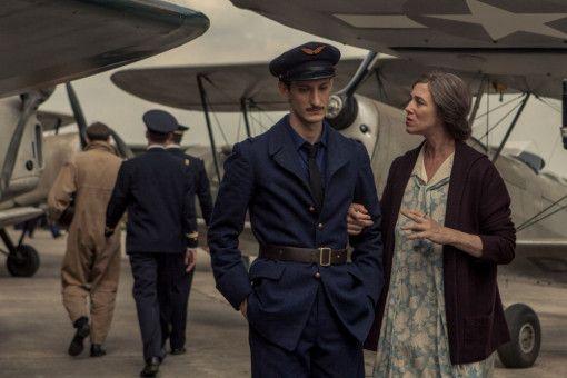 Romain (Pierre Niney) ist nicht gerade entzückt über den Besuch seiner Mutter (Charlotte Gainsbourg) auf der Luftwaffenbasis.