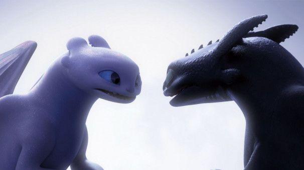 Liebe unter Drachen: Ohnezahn und das Tagschatten-Weibchen kommen sich näher.