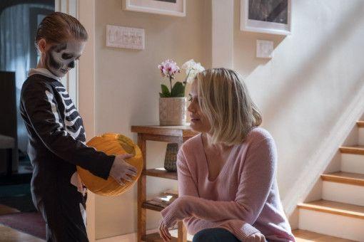 Sarah (Taylor Schilling) liebt ihren Sohn Miles (Jackson Robert Scott). Der Junge wird ihr aber zunehmend unheimlich.