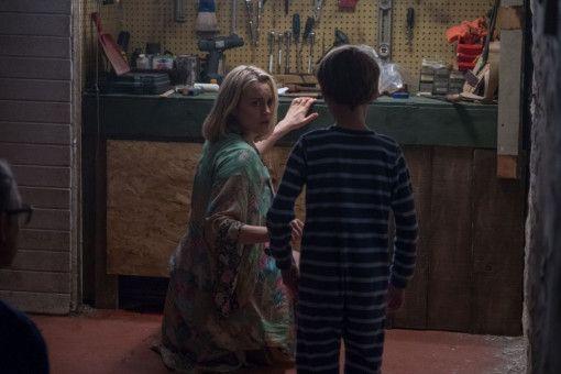 Was stimmt mit ihrem Sohn (Jackson Robert Scott) nicht? Sarah (Taylor Schilling) macht sich große Sorgen um den Achtjährigen.