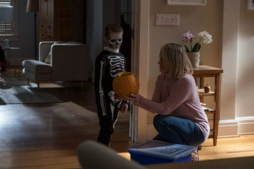 Sarah (Taylor Schilling) will mit ihrem Sohn (Jackson Robert Scott) Halloween feiern. Doch auch ohne Kürbis und Skelettkostüm ist ihr der Jungen nicht geheuer.