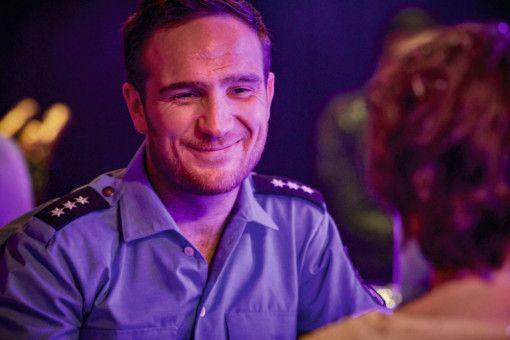 """Dieses """"Sweetheart"""" braucht 'nen Kerl: Franny (Karoline Herfurth) glaubt, dass Polizist Harry (Frederick Lau), den sie in einem Club kennenlernt, in Wahrheit ein Stripper ist."""