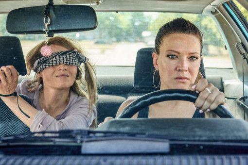 Was hat sich die toughe Mel (Hannah Herzsprung, rechts) da nur für eine Geisel eingefangen? Franny (Karoline Herfurth) nervt ohne Ende.