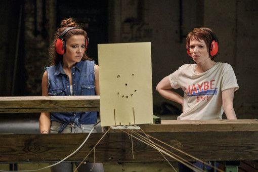 """""""Wild At Heart"""" - nur mit Mädels: Bad Girl-Neuzugang Franny (Karoline Herfurth, rechts) und die erfahrene Mel (Hannah Herzsprung) trainieren am Schießstand."""