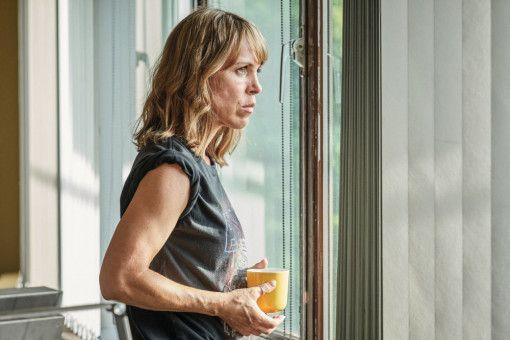 """Fast schon härter, als die Polizei erlaubt: Anneke Kim Sarnau, auch bekannt als Ermittlerin im Rostocker """"Polizeiruf 110"""", gibt in """"Sweethearts"""" die Leiterin jenes SEK, das die Girl-Gang verfolgt."""