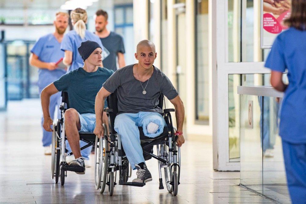 Leo (Tim Oliver Schultz, vorne) und Jonas (Damian Hardung) liefern sich ein Wettrennen im Rollstuhl.