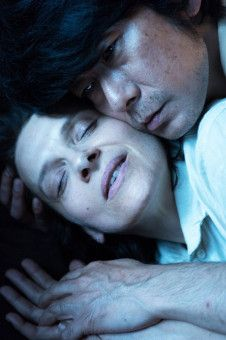 Im geheimnisvollen Wald lieben sich Jeanne (Juliette Binoche) und Tomo (Masatoshi Nagase).