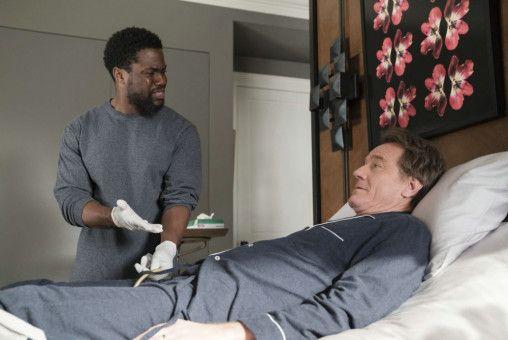 Anfangs weigert sich Dell (Kevin Hart, links), seinem querschnittgelähmten Arbeitgeber Phillip (Bryan Cranston) den Darm zu entleeren.