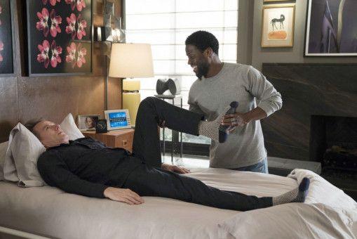 Jeden Tag muss Dell (Kevin Hart) mit Phillip (Bryan Cranston) Physiotherapie betreiben.