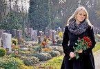 Sinnvolle Vorsorge: Eine Sterbegeldversicherung kann Hinterbliebenen dabei helfen, einen verstorbenen, nahestehenden Menschen feierlich beizusetzen.