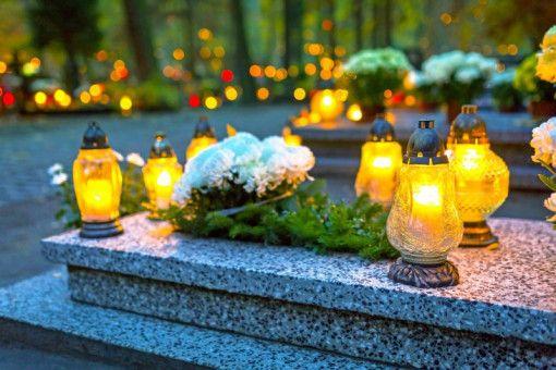 Geschmückte Grabstätte: Viele Menschen wollen im Todesfall ihre Angehörigen finanziell absichern.