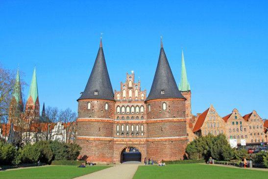 Das Holstentor ist das Wahrzeichen von Lübeck. Die Deutschlandrundfahrt befasst sich mit der einstigen Hauptstadt der Hanse.