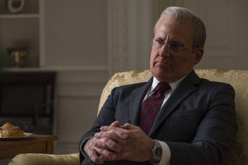 Donald Rumsfeld (Steve Carell) stellt Dick Cheney als Praktikanten an.