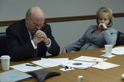 Nach dem Comingout ihrer Tochter stehen Dick (Christian Bale) und Lynne Cheney (Amy Adams) vor einer schwierigen Entscheidung.