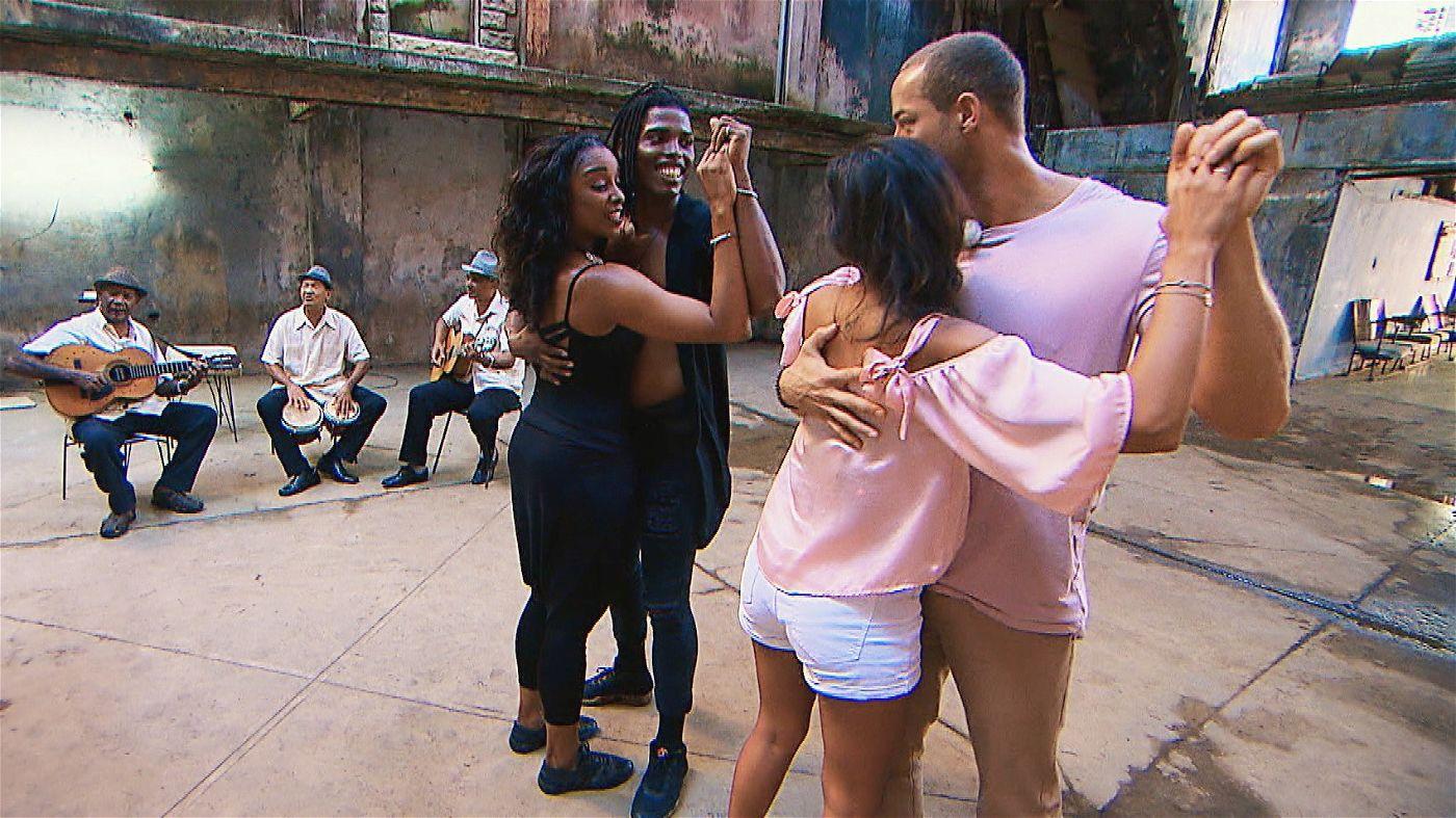 Beim gemeinsamen Salsa-Tanzen bleibt weiterer Körperkontakt natürlich nicht aus.
