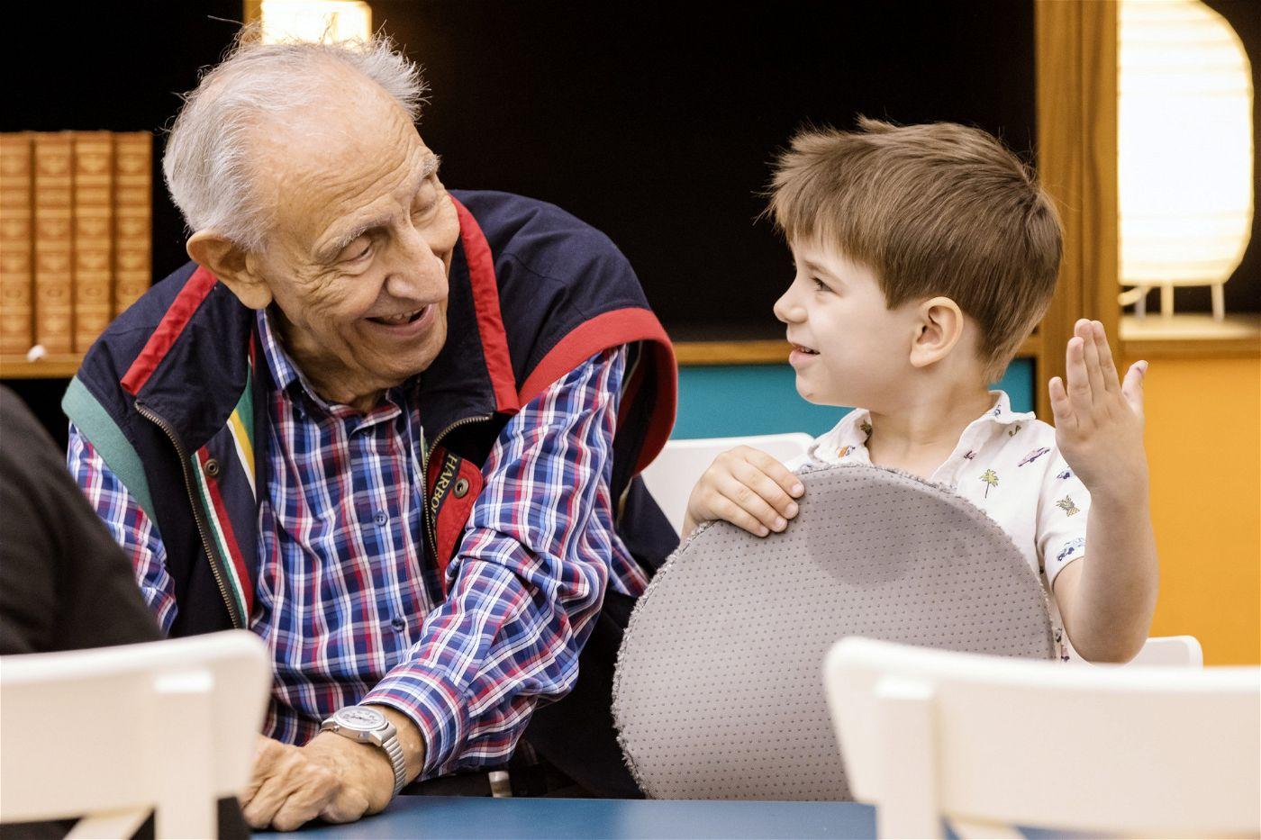 """Franz (92) und Christian (4): Die beiden verstehen sich in der VOX-Sendung """"Wir sind klein und ihr seid alt"""" prächtig."""