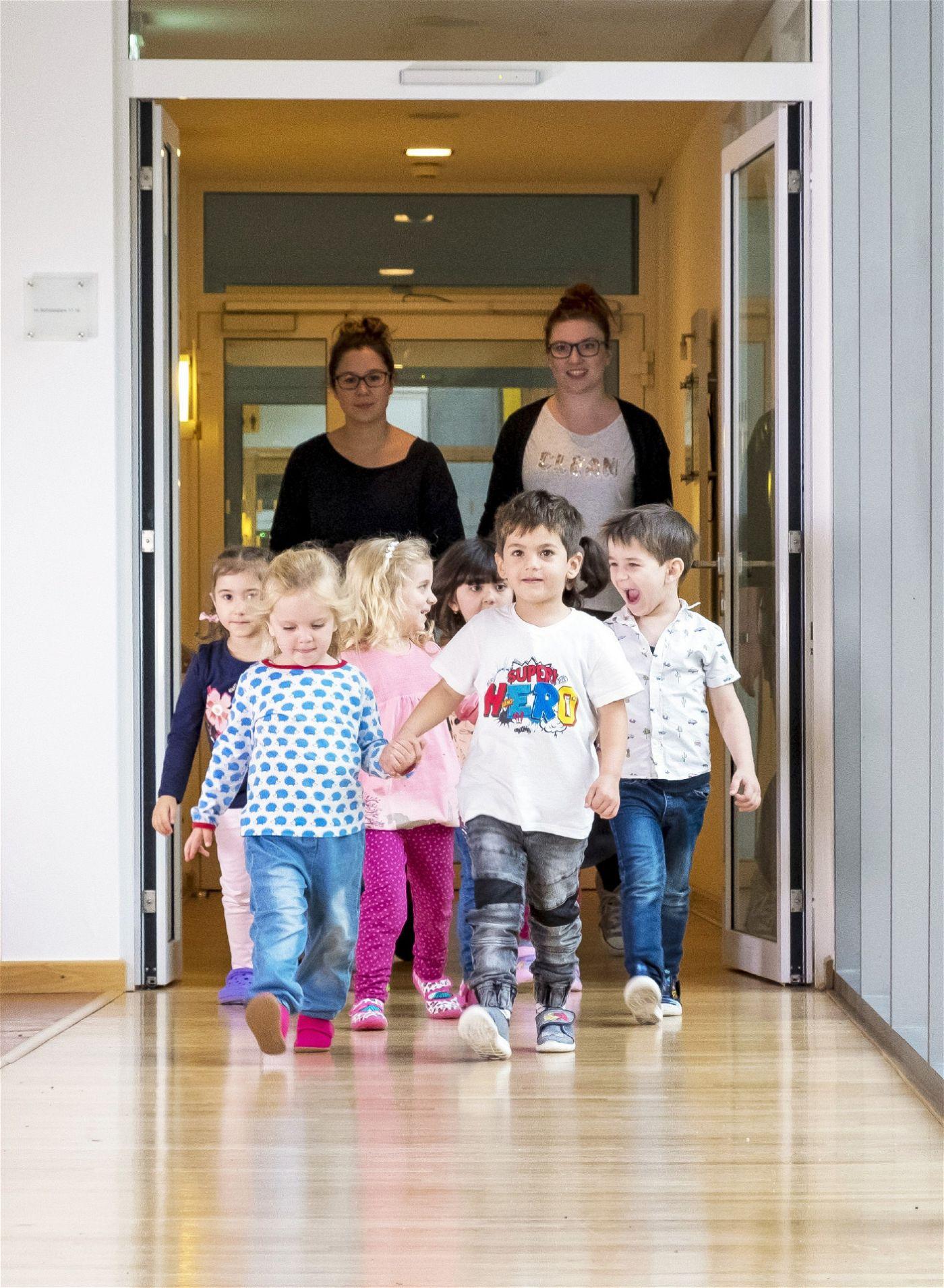 Die Kinder kommen erwartungsfroh ins Seniorenheim.