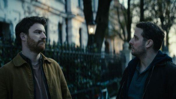 Steve (Friedrich Mücke, links) muss seinen niedergeschlagenen Freund Bob (Bastian Reiber) aufbauen.