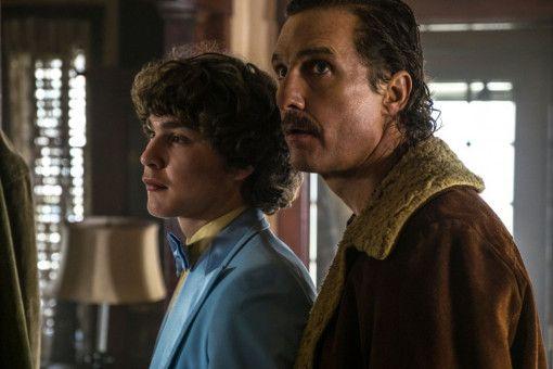 Richard Wershe Sr. (Matthew McConaughey, rechts) und sein Sohn Rick (Richie Merritt) leben in einer heruntergekommenen Gegend von Detroit.