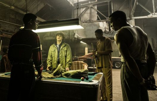 Im Auftrag seines Vaters verkauft Rick (Richie Merritt, zweiter von links) Waffen - und illegale Schalldämpfer.