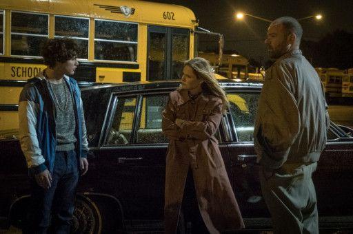Zwei FBI-Agenten (Jennifer Jason Leigh, Rory Cochrane) rekrutieren Rick (Richie Merritt, links), damit er für sie das lokale Drogenmilieu auskundschaftet.